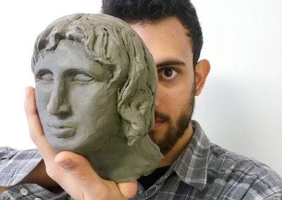 Studente con scultura alla Scuola Leon Battista Alberti
